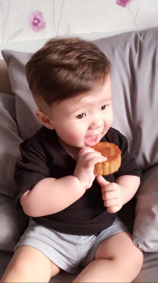 Ngất lịm vẻ đáng yêu của Alfie Túc Mạch lần đầu ăn bánh Trung thu - Tin sao Viet - Tin tuc sao Viet - Scandal sao Viet - Tin tuc cua Sao - Tin cua Sao