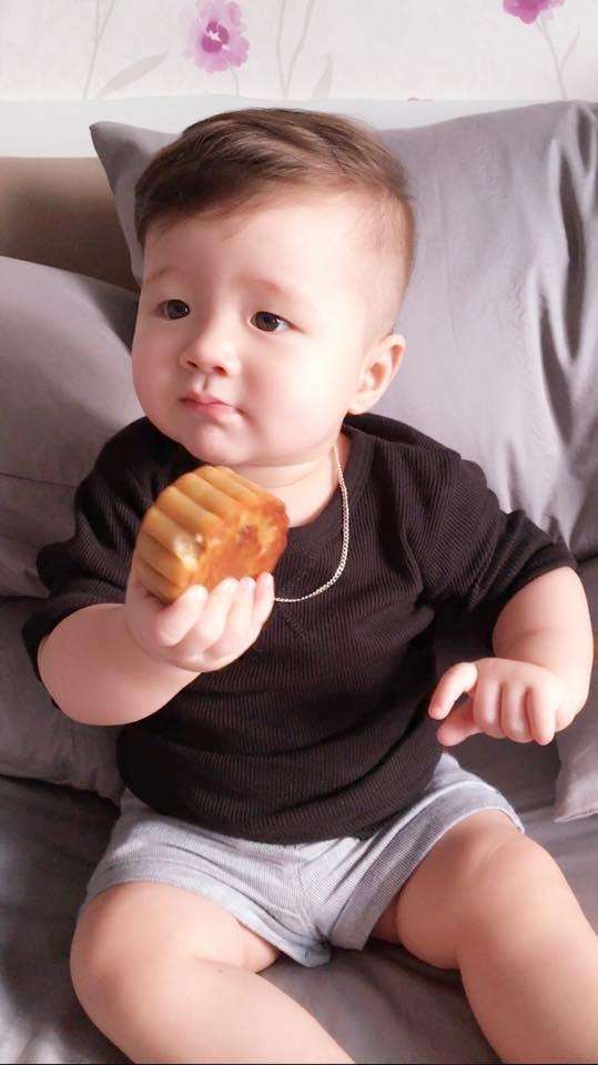 Quý tử nhà Elly Trần khá hào hứng và liên tục ngấu nghiến chiếc bánh mẹ làm. - Tin sao Viet - Tin tuc sao Viet - Scandal sao Viet - Tin tuc cua Sao - Tin cua Sao