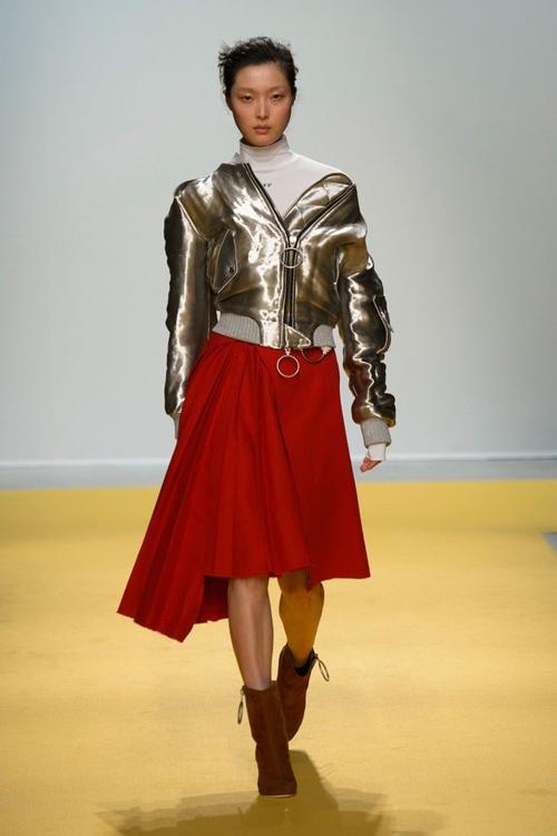 Với những tông màu trầm đặc trưng của mùa Thu - Đông, chiếc áo có sắc vàng ánh kim nổi bật này sẽ trở thành nét chấm phá thú vị.