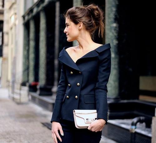 Không chỉ áo khoác mà ngay cả thiết kế suit cổ điển cũng mang màu sắc mới mẻ hơn với phần vai trễ gợi cảm.