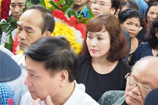 Nghệ sĩ Minh Hòa cũng có mặt trong đám tang. - Tin sao Viet - Tin tuc sao Viet - Scandal sao Viet - Tin tuc cua Sao - Tin cua Sao