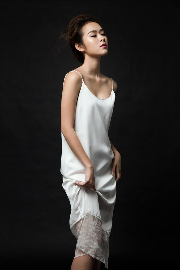 """Diện những thiết kế khá """"tiết kiệm"""" vải, Diệp Bảo Ngọc khoe trọn tấm lưng trần cùng làn da trắng nõn nà, không tì vết."""