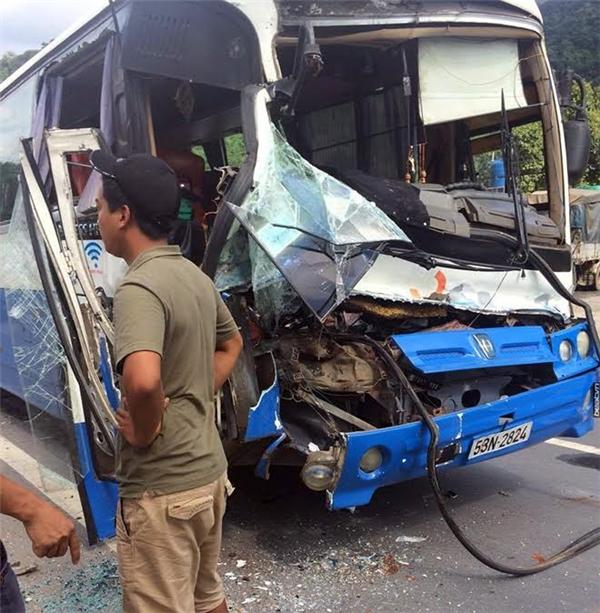 Chiếc xe khách mất lái, may mắn được xe tải cứu giúp. Ảnh: Internet
