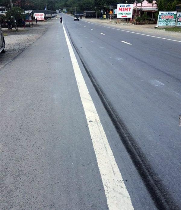 Vệt phanh dài của xe tải trong quá trình cứu xe khách mất phanh. Ảnh: Internet