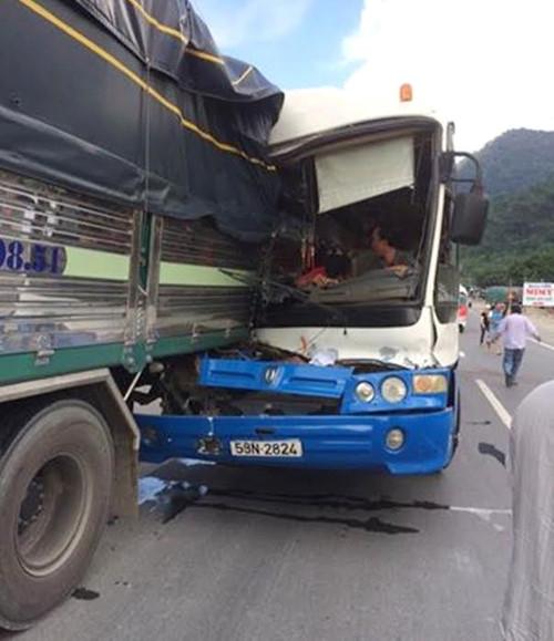 Nhờ sự cứu giúp quả cảm của tài xế xe tải mà toàn bộhành khách đã thoát nạn. Ảnh: Internet