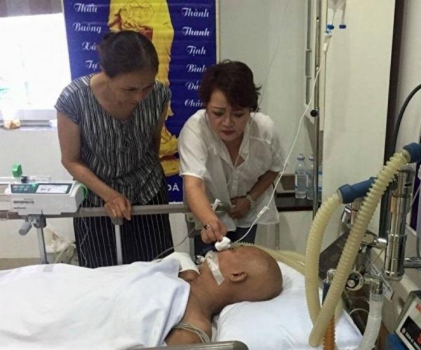 Diễn viên Trà My (áo trắng), người luôn túc trực cạnh cố nghệ sĩ họ Hán khi ông bạo bệnh - Tin sao Viet - Tin tuc sao Viet - Scandal sao Viet - Tin tuc cua Sao - Tin cua Sao