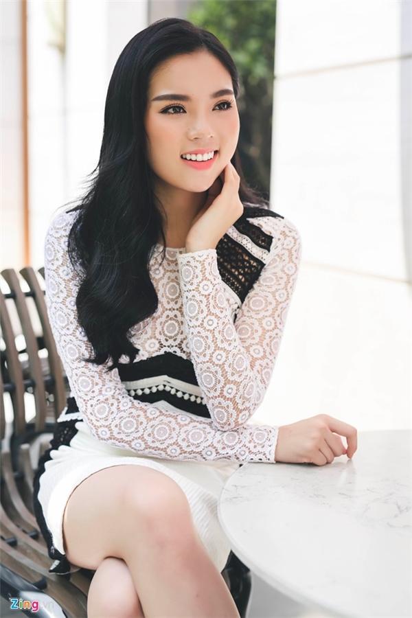 Nhưng trong một buổi giao lưu trước đó vài ngày, gương mặt của Hoa hậu Việt Nam 2014 đã có một vài thay đổi bất thường.