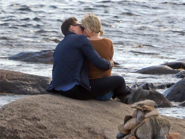 Hình ảnh hôn nhau tại bãi biển hồi tháng 6.
