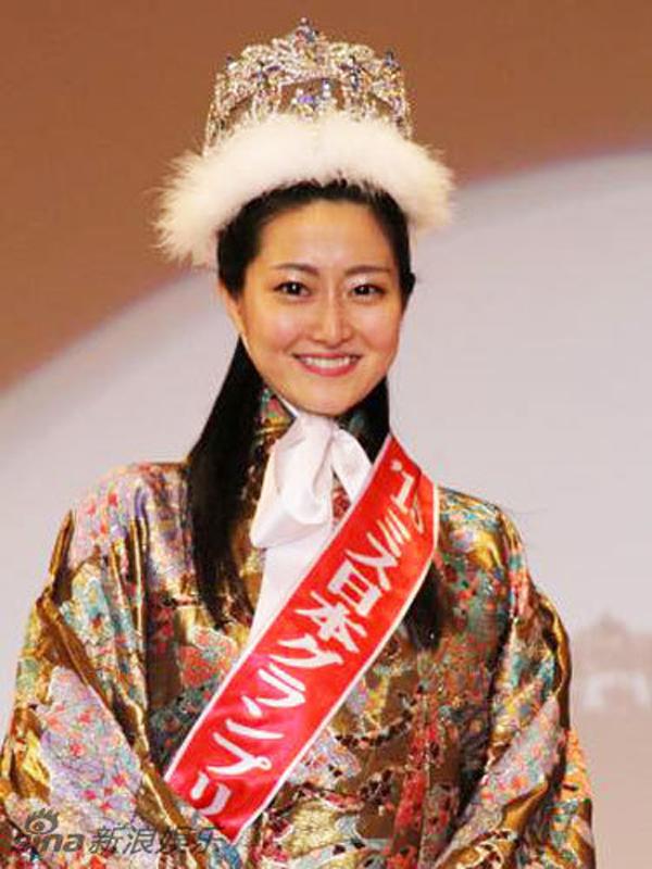Vừa đăng quang tân hoa hậu Nhật Bản đã bị ném đá không thương tiếc