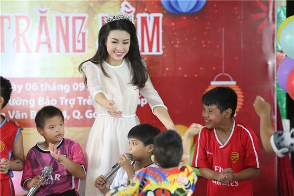 Đỗ Mỹ Linh, Thùy Dung vui đùa bên trẻ em nhân dịp trung thu