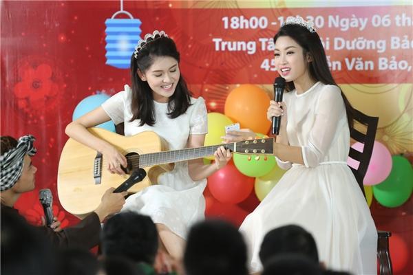 Thùy Dung trổ tài đánh đàn ghi-ta cho Mỹ Linh hát tặng các em nhỏ những ca khúc về thiếu nhi, tết trung thu. Bầu không khí càng trở nên ấm cúng hơn, giữa các người đẹp Hoa hậu Việt Nam 2016 và những trẻ em nơi đây cũng không còn bất kì khoảng cách nào.