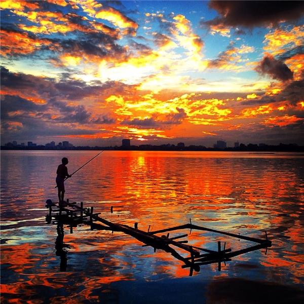 Hồ Tây tím mơ... Ảnh: Giang Minh Đức