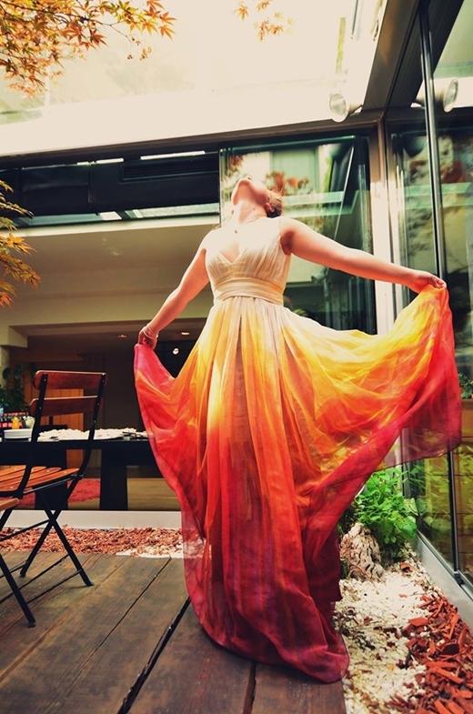 Áo cưới nhuộm theo phong cách dip dye đang dần lấn át các loại áo cưới một màu truyền thống.
