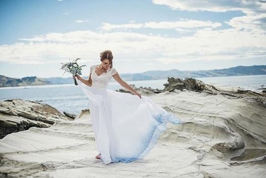 Bạn hoàn toàn có thể sử dụng nhiều màu sắc mà trong chiếc áo cưới mà không sợ bị sến.