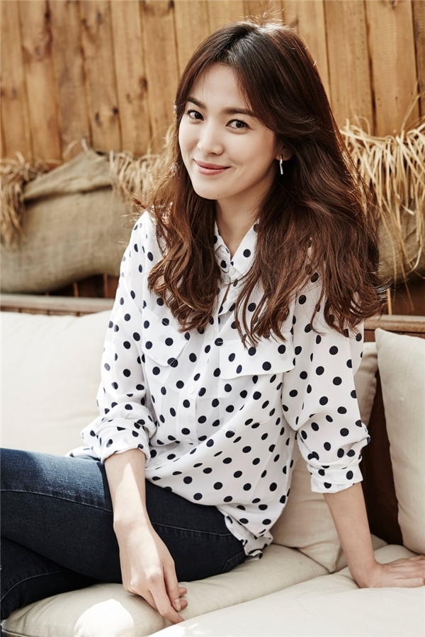 Song Hye Kyo từ nhỏ đã sở hữu những đường nét thanh tú trên gương mặt. Càng lớn, nữ diễn viên càng xinh đẹp và đến nay đã trở thành nàng ngọc nữ sở hữu nhan sắc tự nhiên đáng tự hào của làng giải trí xứ Hàn.