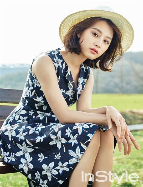 """Vốn xuất thân là người mẫu nhí, nhan sắc của """"nữ quân nhân"""" Kim Ji Won luôn được đánh giá cao. Không phải nhờ cậy đến """"dao kéo"""", cô nàng vẫn sở hữu vẻ đẹp sang chảnh hoàn toàn tự nhiên. Những hình ảnh từ khi còn nhỏ đến những ngày đầu bước vào làng giải trí đã chứng minh vẻ đẹp không thẩm mĩ của Kim Ji Won."""