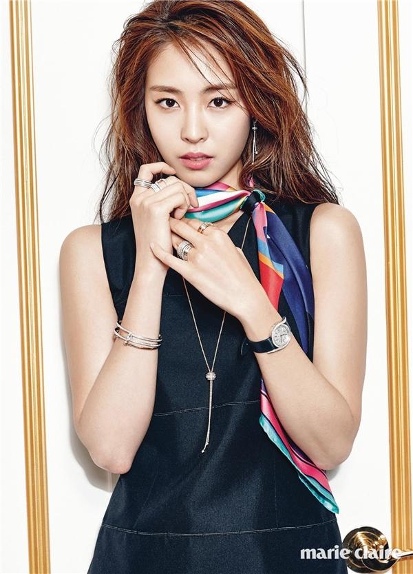 """Mặc dù mạnh mẽ lên tiếng chỉ trích diễn xuất đơ cứng nhưng không một ai """"cả gan"""" phủ nhận vẻ ngoài của Lee Yeon Hee. Gương mặt của cô được đánh giá là hoàn hảo đến từng đường nét dù không hề nhờ cậy đến thẩm mĩ. Từ nhỏ, """"gà cưng"""" nhà SM đã sở hữu gương mặt ưa nhìn, đáng yêu hệt như một """"tiểu mĩ nhân""""."""