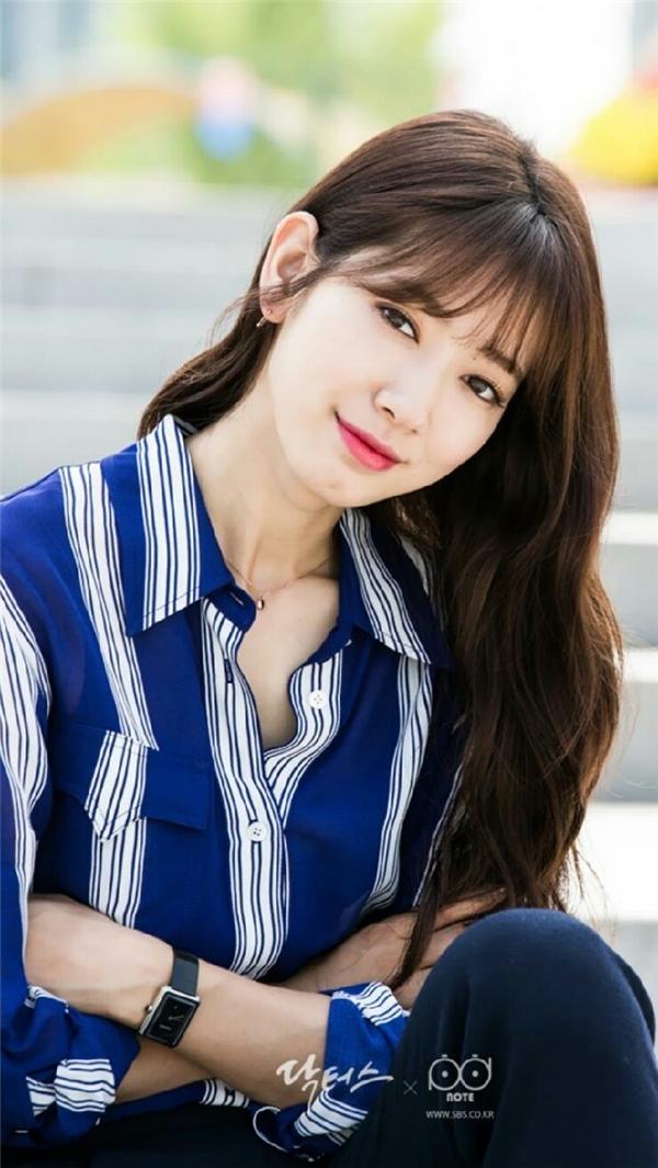 """Park Shin Hye là một trong những nữ diễn viên """"nói không với dao kéo"""" nổi tiếng của làng giải trí Hàn Quốc. Khán giả cũng là những người chứng kiến rõ nhất quá trình hoàn thiện nhan sắc của cô nàng. So với hồi nhỏ, hầu như đường nét trên gương mặt của Park Shin Hye không có nhiều thay đổi trừ việc trông trưởng thành và quyến rũ hơn."""