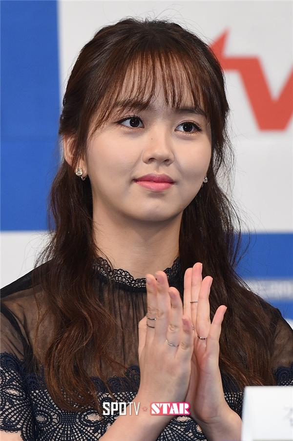Từ nhỏ, Kim So Hyun đã sở hữu gương mặt đáng yêu nhờ đôi mắt to tròn nổi bật. Gia nhập làng giải trí từ năm lên 7, cô nàng ngày càng trưởng thành về mặt diễn xuất lẫn nhan sắc qua mỗi vai diễn. Hiện tại, Kim So Hyun đã trở thành thiếu nữ 17 tuổi xinh đẹp, dịu dàng nhưng không kém phần quyến rũ.