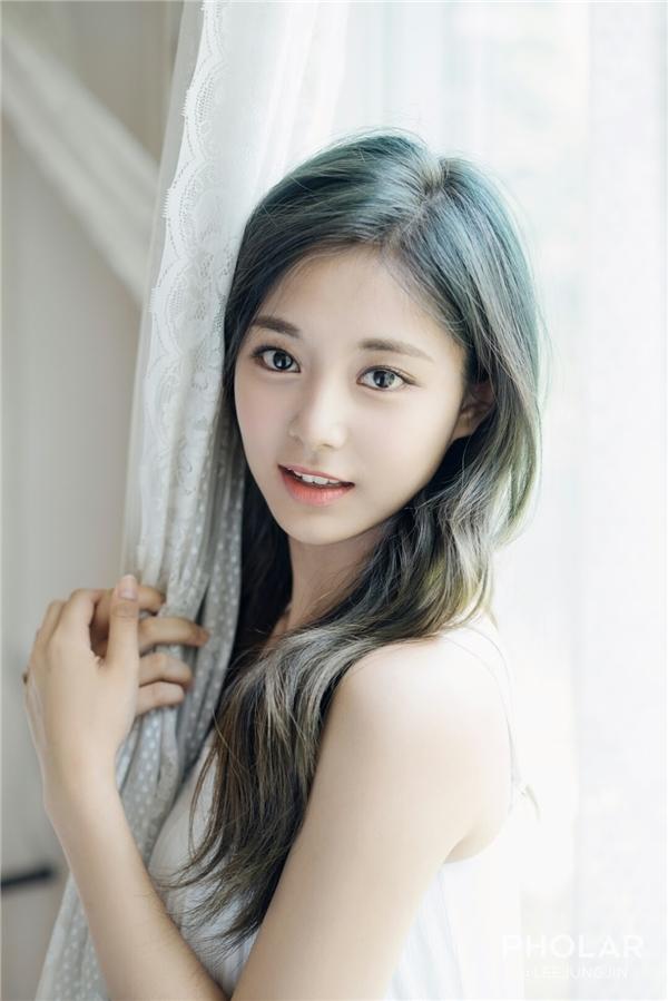 """Tzuyu (Twice) từ nhỏ trông vô cùng đáng yêu và lém lỉnh. Những hình ảnh trong quá khứ chứng tỏ nhan sắc tự nhiên không """"dao kéo"""" đáng ngưỡng mộ của nữ thần tượng đến từ Đài Loan. Ngoài ra, hiện tại cô còn sở hữu vóc dáng hoàn hảo từ đầu đến chân."""
