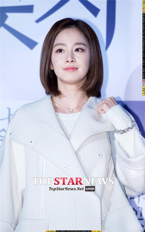 Với vẻ ngoài sắc sảo, Kim Tae Hee được bình chọn là mĩ nhân hàng đầu Hàn Quốc. Từ nhỏ, nhan sắc của cô nàng đã rất nổi trội bởi những đường nét thanh tú, đúng chuẩn mực cái đẹp.
