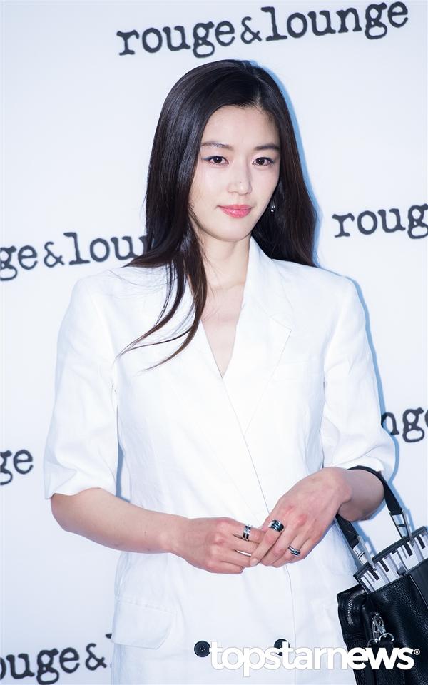 Đôi mắt to hai mí, sống mũi cao và nụ cười hiền dịu, Jeon Ji Hyun hội tụ đầy đủ những nét đẹp đặc trưng, hoàn thiện nhất của phụ nữ Hàn từ những ngày còn ngồi trên ghế nhà trường.