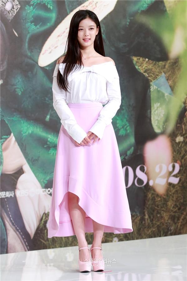 Gia nhập làng giải trí từ năm 3 tuổi, cô bé Kim Yoo Jung khi ấy đã chiếm trọn trái tim khán giả bởi gương mặt bầu bĩnh, đáng yêu cùng đôi mắt to tròn lém lỉnh. Hiện tại, nữ diễn viên đã trở thành thiếu nữ 17 tuổi với vẻ đẹp cá tính, đầy khí chất.