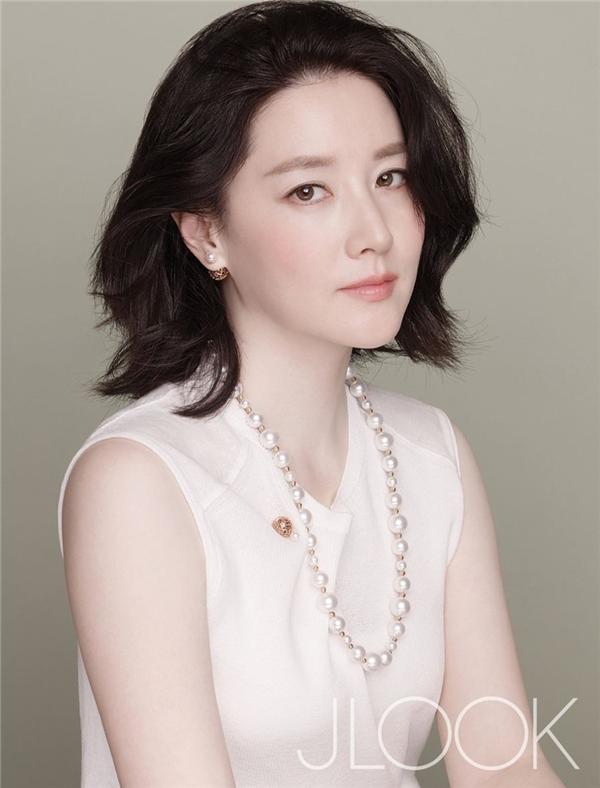 Bất kể thời thiếu nữ hay gia nhập hàng ngũ U50, Lee Young Ae vẫn xinh đẹp, sang trọng và thanh thoát như vậy.