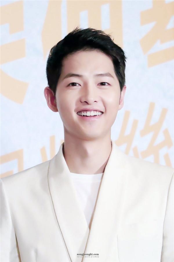 """Bổ sung vào danh sách người đẹp tự nhiên xứ Hàn là mĩ nam Song Joong Ki. Từ nhỏ, anh đã là cậu nhóc """"xinh trai"""", mái đầu nấm đáng yêu cùng nụ cười """"đốn tim"""" phái nữ. Lớn lên, Song Joong Ki vẫn sở hữu gương mặt """"búng ra sữa"""" thách thức thời gian và điển trai mê hoặc lòng người."""