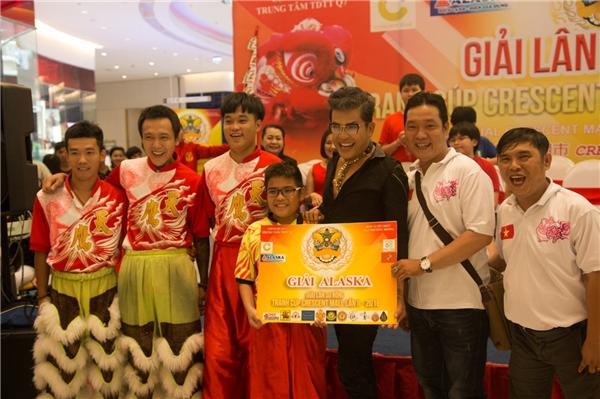 Khách mời đặc biệt MC Thanh Bạch – đại diện Ban Tổ Chức trao tặng giải thưởng cho đội Thiên Ưng Việt Nam - Giải trình diễn ấn tượng nhất do nhãn hàng Alaska tài trợ.