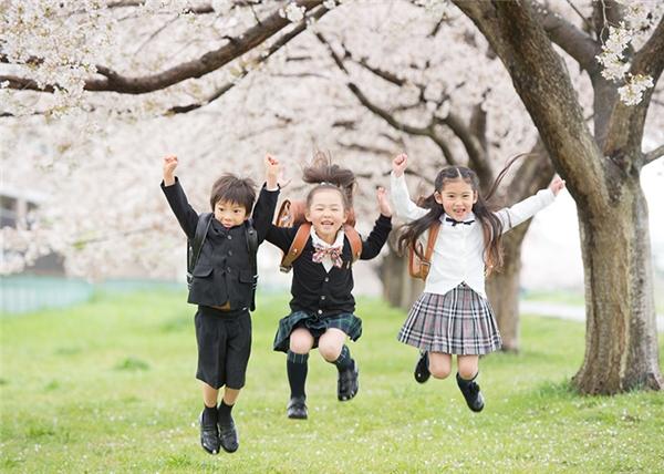 Học sinh Nhật Bản không giấu được niềm vui được khai trường trong khung cảnh hoa anh đào nở rộ.