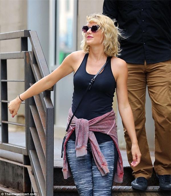 Trông Taylor vô cùng xinh đẹpvà tràn đầy năng lượng trong trang phục khỏe khoắn.