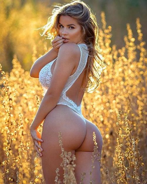 Vóc dáng thắt đáy lưng ong của người mẫu Nga tại Los Angeles.