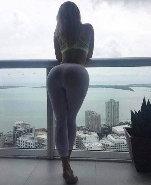 Trên Instagram của cô thường xuyên bắt gặp những hình ảnh khoe vòng 3 thế này.