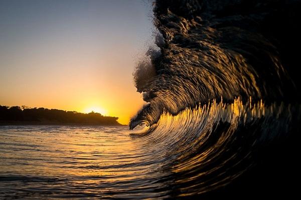 Mỗi sáng, việc đầu tiên anh làm là ra biển từ trước lúc mặt trời lên.