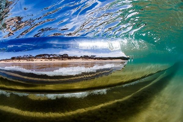 Bên dưới những vẻ duyên dáng của cơn sóng là sự chuyển mình dữ dội của đại dương.