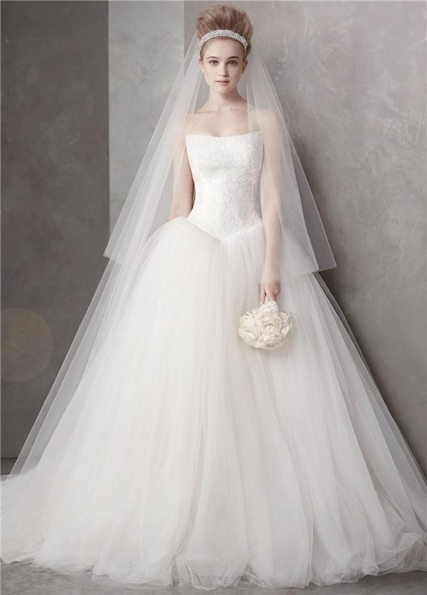 Không gì đẹp bằngmột bộ váy cưới truyền thống đúng chuẩn.