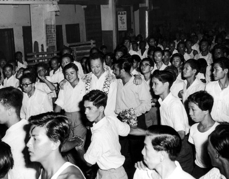 Ngay khi lên nắm quyền điều hành chính phủ,Lý Quang Diệu ra đưa quyết định quan trọng nhấtcho đất nướcSingapore lúc bấy giờ.