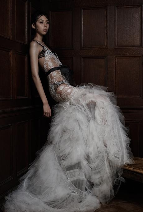 Áo cưới xuyên thấu chính là lựa chọn lí tưởng cho những cô nàng phá cách.