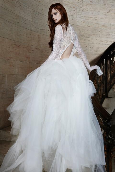 Vẫn là cách kết hợp đuôi váy xòe và áo ren ôm quen thuộc nhưng bộ áo cưới đã trở nên nổi bật hơn nhờ vào vết khoét sâu phía sau lưng.