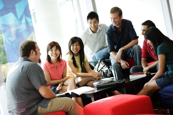 ...thì tiếng Anh, ngôn ngữ toàn cầusẽ kết nối các dântộc Singaporevới nhau và với thế giới.