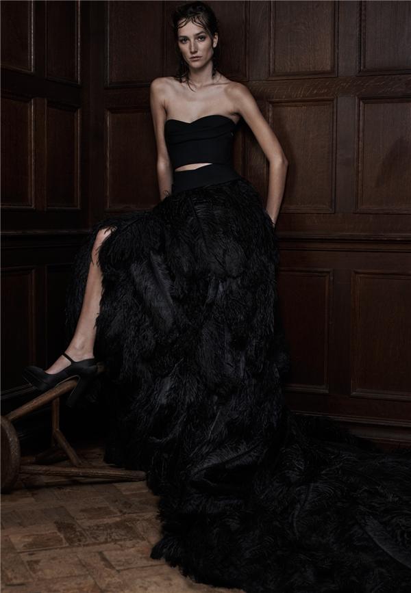 Đuôi áo dài với chất liệu nhung chính là điểm nhấn hoàn hảo cho bộ áo cưới màu đen huyền bí.