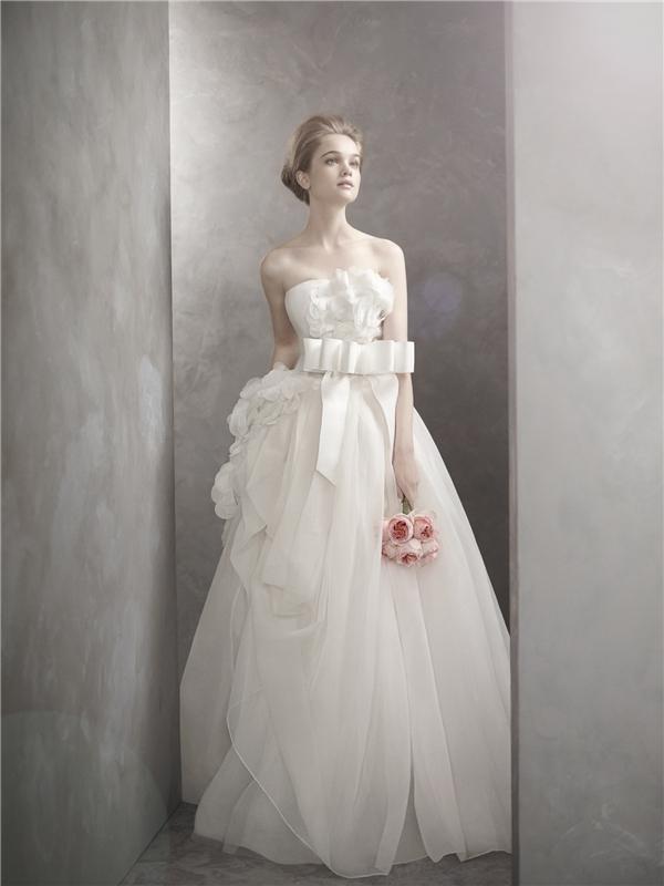 Những cánh hoa mềm mạiluôn là ý tưởng muôn thuở của những bộ váy áo lộng lẫy.