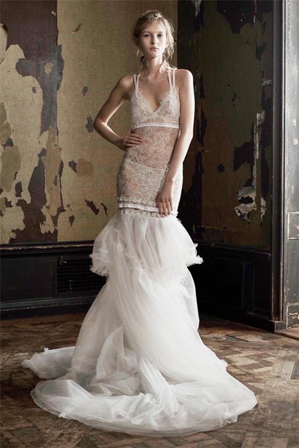 Họa tiết ren trên nền vải xuyên thấu kết hợp với đuôi váy voan trắng tạo một vẻ ngoài gợi cảm khó cưỡng.