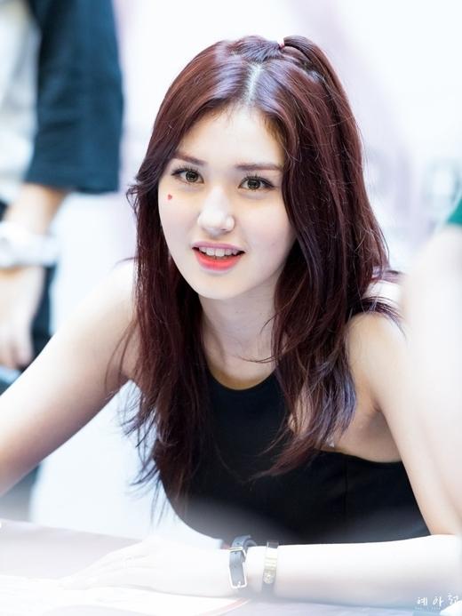 Với diện mạo xinh đẹp, Somi đã trở thành con cưng của các netizen Hàn.
