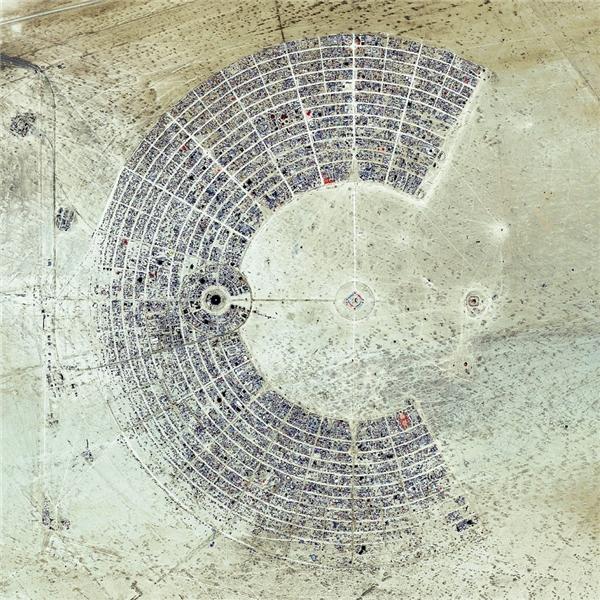 Đây là một trong những sự kiện nghệ thuậtthường niên được tổ chức tại sa mạcBlack Rock ở Nevada, Mỹ, thu hút hơn 65.000 người tham gia, có tên gọi là Burning man.