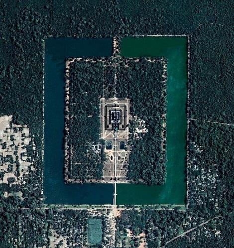 Nhìn từ trên cao, khu đền Angkor Wat, di tích tôn giáo lớn nhất ở Campuchiađược xây dựng từ thế kỉ 12,sở hữu hai khu hồđối xứng có màu ngọc bích và xanh dương đậm rất đẹp. Xung quanh công trình là hào nước và rừng cây, chính giữa là ngôi chùa lớn.