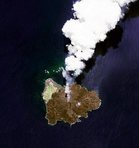 Nishinoshima là một hòn đảo núi lửa nằm 584 dặm về phía nam Tokyo, Nhật Bản.Bắt đầu từ tháng 11 năm 2013, núi lửa bắt đầu phun trào và kéo dàicho đến tháng 8 năm 2015.