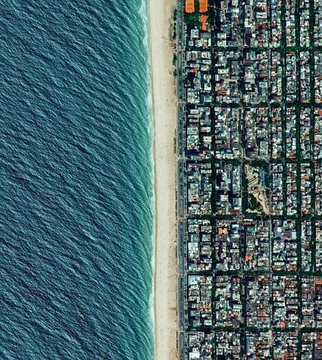 Nhìn từ trên cao, bãi biểnIpanema ở Rio de Janeiro, Brazil có một diện mạo cực kìxinh đẹp với một bên là đô thị đông đúc, một bên là biển xanh bạt ngàn.