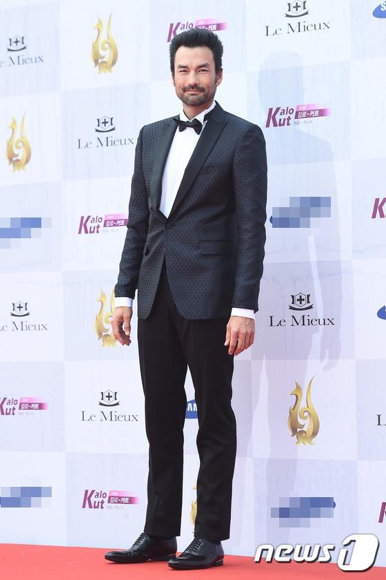 Nam diễn viên David Lee McInnis từng gây ấn tượng vào vai trùm buôn lậu trong Descendants of the Sun.